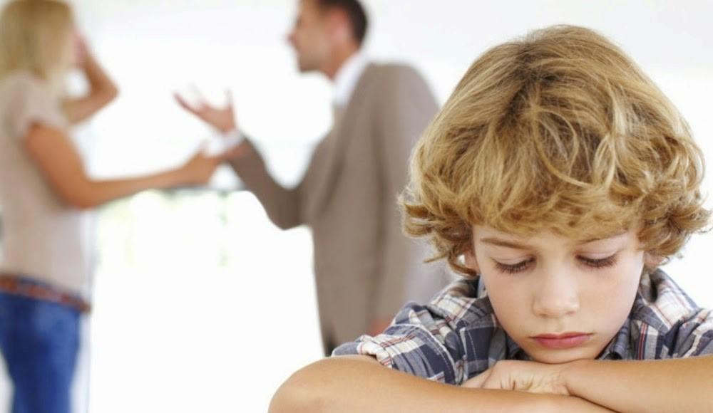 Genitori che litigano davanti al figlio